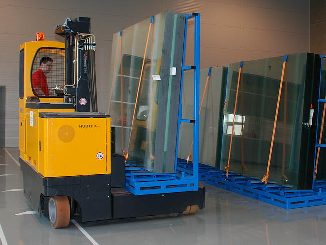 HUBTEX MQ70 handling a glass stillage