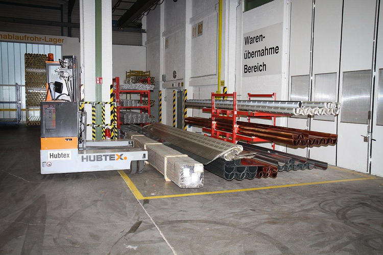 HUBTEX BasiX lifting long goods in the warehouse