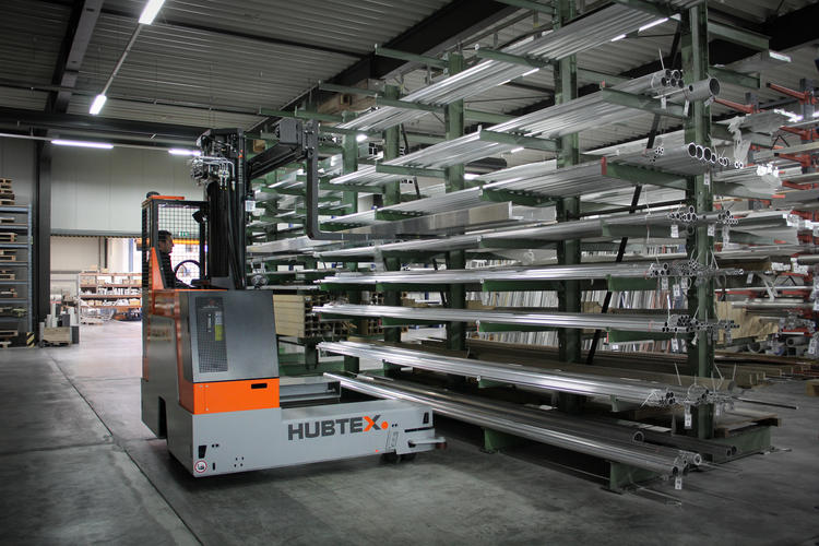 the HUBTEX EASY multidirectional sideloader being used to pick up long goads in the aluminum industry