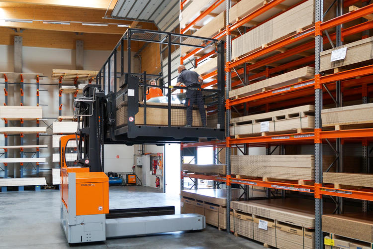 If required, multidirectional sideloaders can be equipped with a detachable order picking platform.