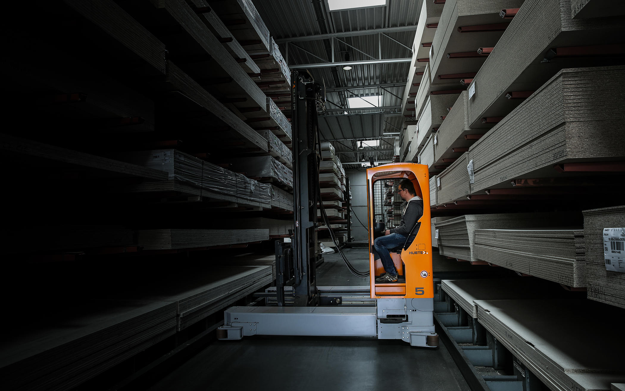 HUBTEX Electric Multidirectional Sideloaders during the order picking process