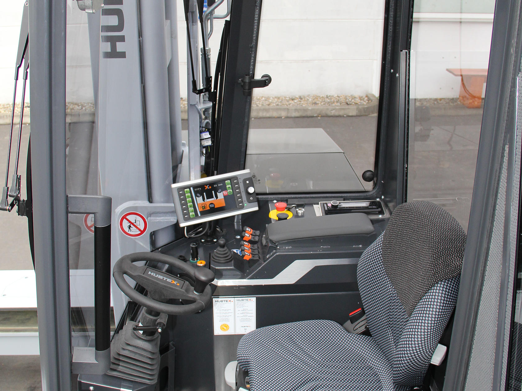 Side cab view of the HUBTEX DQ-X – clear and spacious