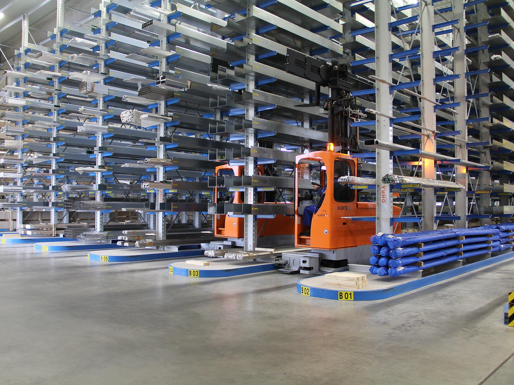 Multidirectional sideloader in narrow aisle in the metal industry