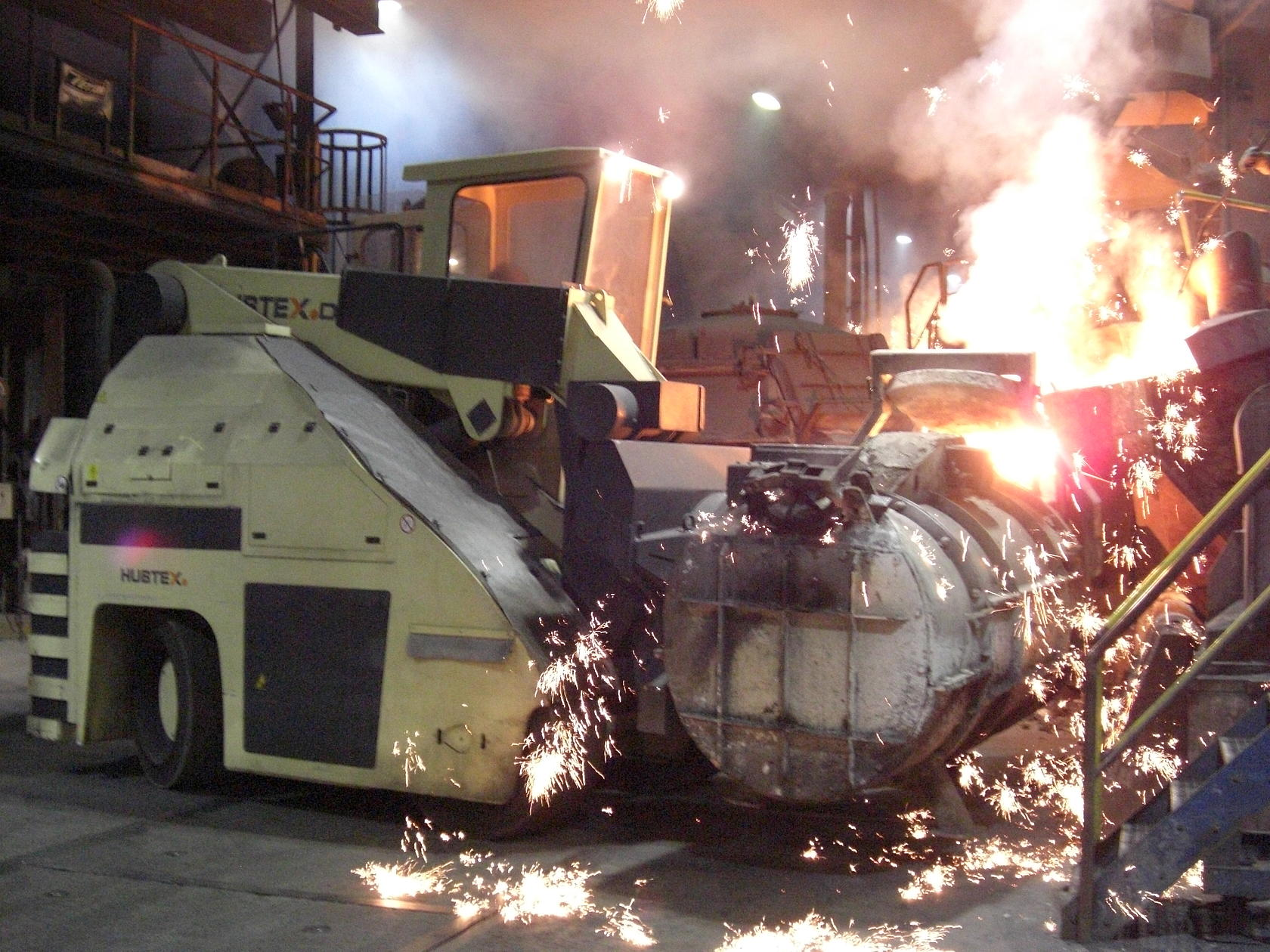 HUBTEX heavy-duty compact frontlift operating in the high temperatures of the foundry