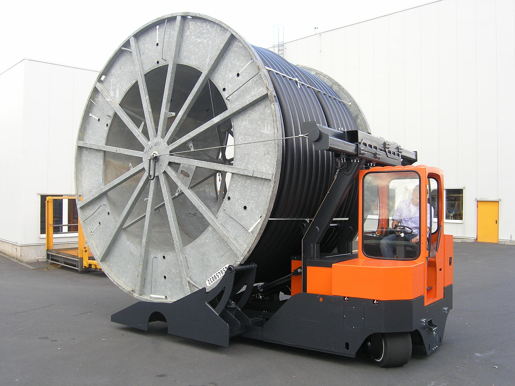 The HUBTEX drum transporter with swivel-mounted pick-up traverse