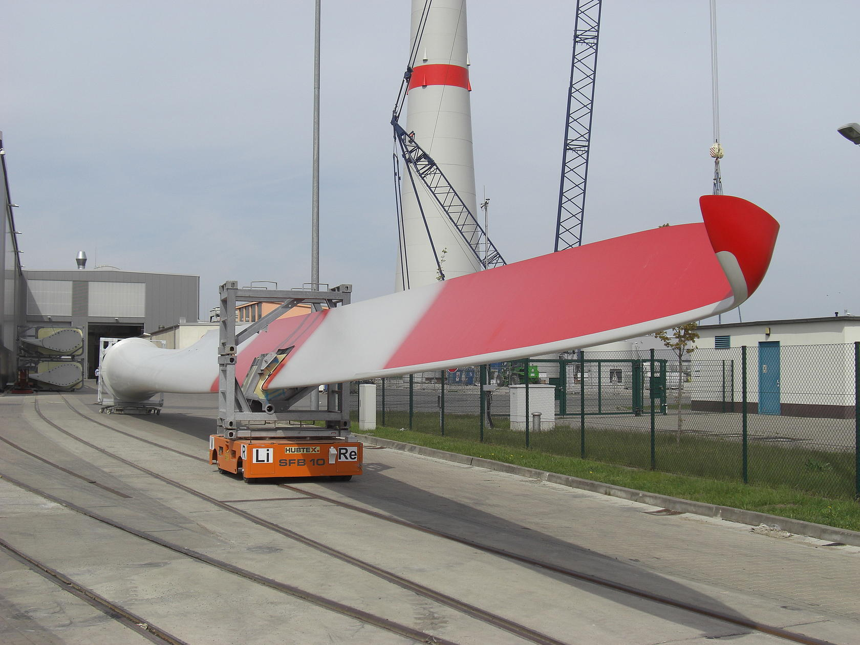 Transporting rotor blades with a HUBTEX platform transporter