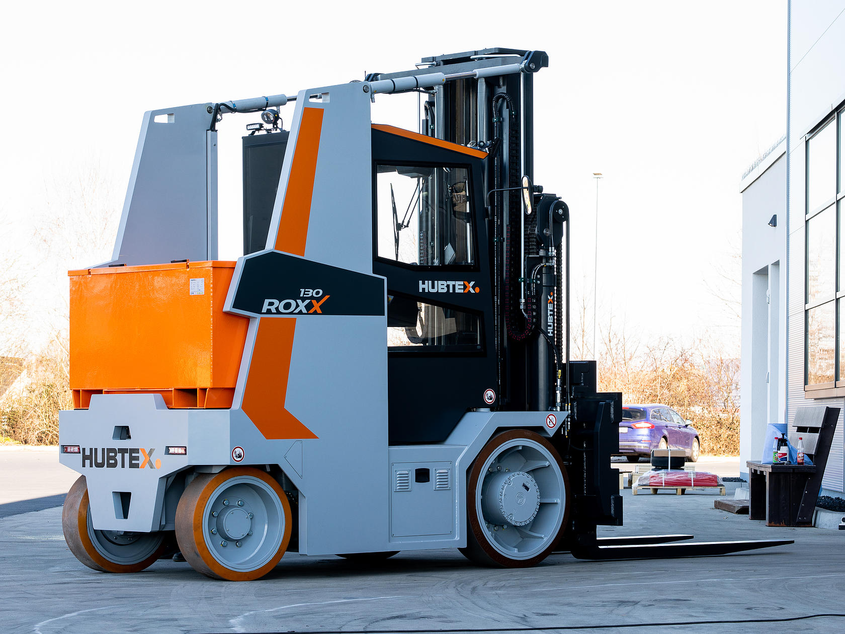 The heavy-duty compact frontlifts are strong, robust and extremely maneuverable.