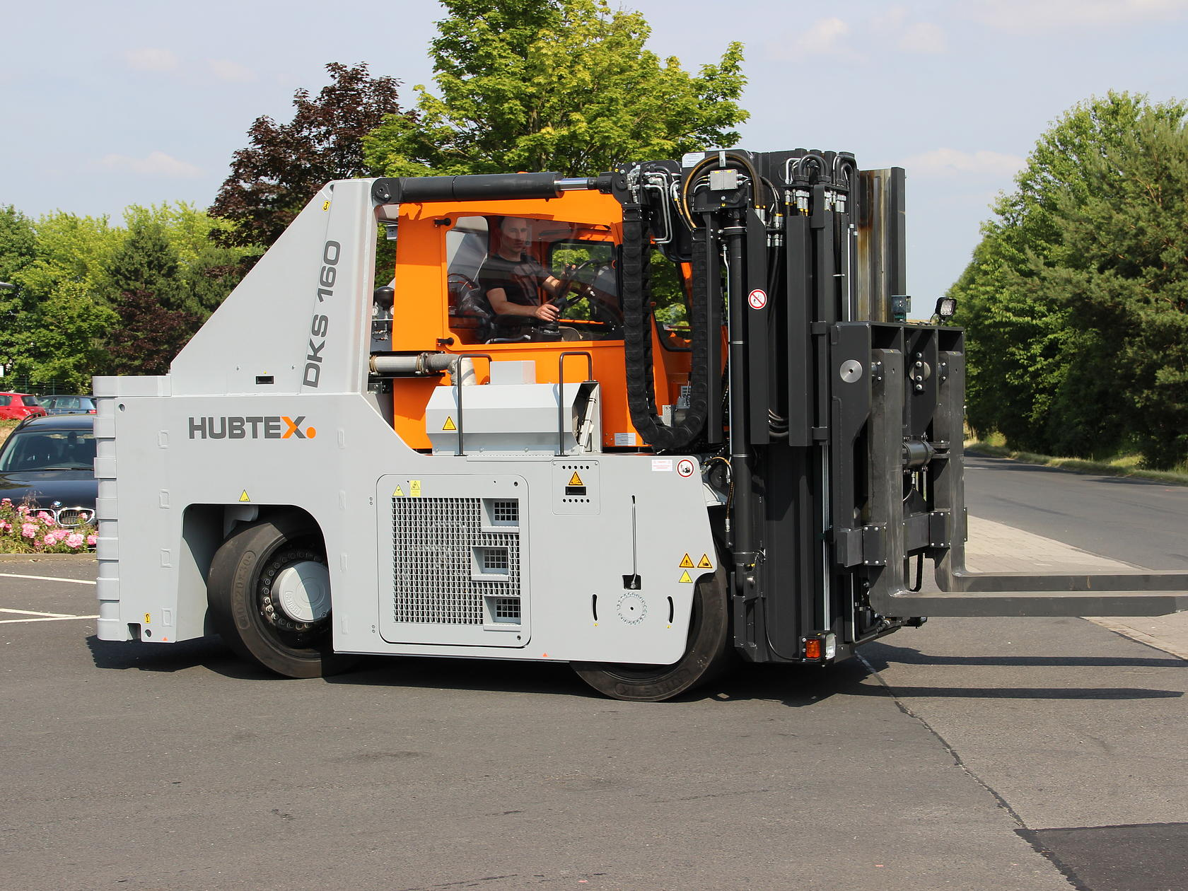 Side view of HUBTEX heavy-duty compact frontlift